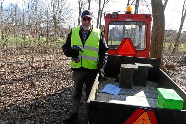 Ove Christensen råder over en lille traktor med vogn, der kan komme omkring på Himmerlandsstien. Privatfoto