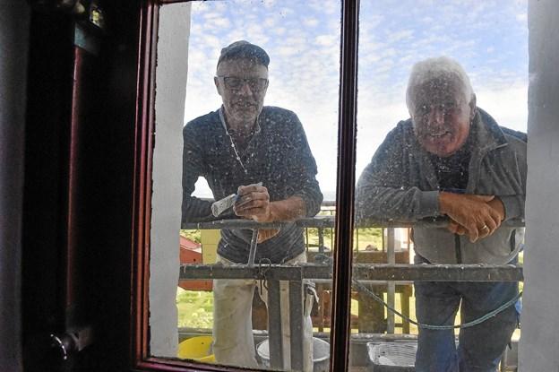 I denne tid er det sjovest at arbejde på ydersiden, end på indersiden, siger de to medindehavere af HOK murerfirma: Jens Peter Christensen og Preben Kjær (tv). Foto: Ole Iversen