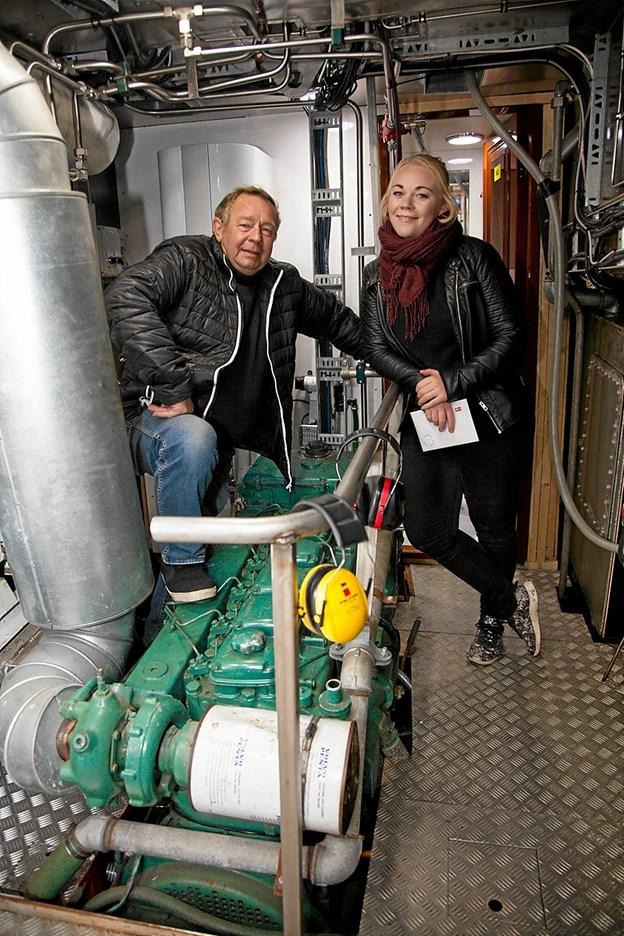 """Poul """"Julle"""" Jensen viser her sammen med Sisse Gytz Olesen det nye maskineri."""