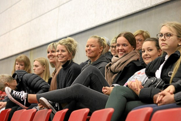Der var stor opbakning til de gulblusede piger fra ØHIK, Halvrimmen. Foto: Flemming Dahl Jensen Flemming Dahl Jensen