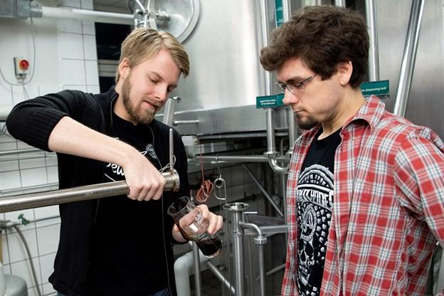 Brygger Peter Godtberg (til venstre) og brygmester Tom Schafferhans tjekker løbende om øllet udvikler sig som det skal.  Foto: Henrik Bo