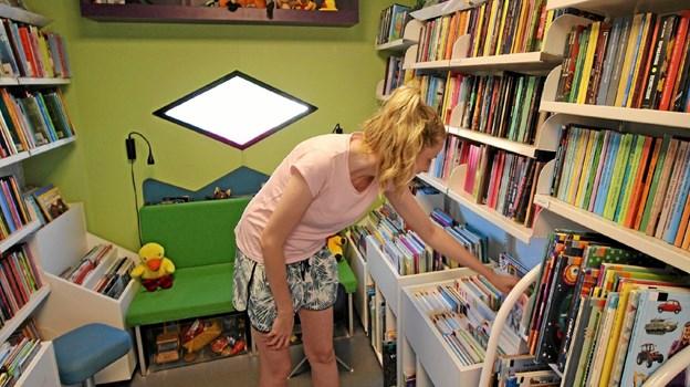 Katrine Schou leder efter bøger til sin to-årige søn, der elsker at kigge i bøger. Foto: Jørgen Ingvardsen Jørgen Ingvardsen