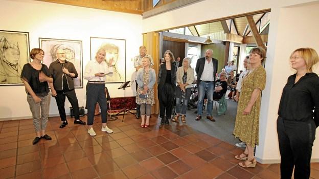De fleste af de udstillende kunstnere var mødt op til ferniseringen i søndags. De blev alle præsenteret af kunstnerisk leder, Jette Abildgård. Foto: Jørgen Ingvardsen Jørgen Ingvardsen