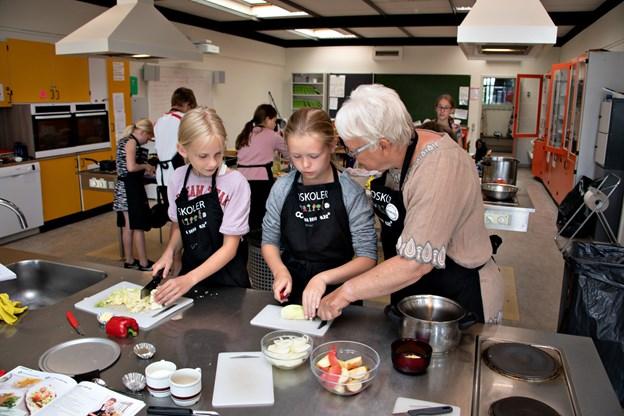 Gang i køkkenet. Leni Pedersen gav gode råd til børnene i årets madskole. Foto: Kurt Bering
