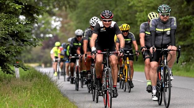 250 motionister var til start. Her er nogle af deltagerne på 52-kilometerruten foreviget på Houvej. Foto: Allan Mortensen