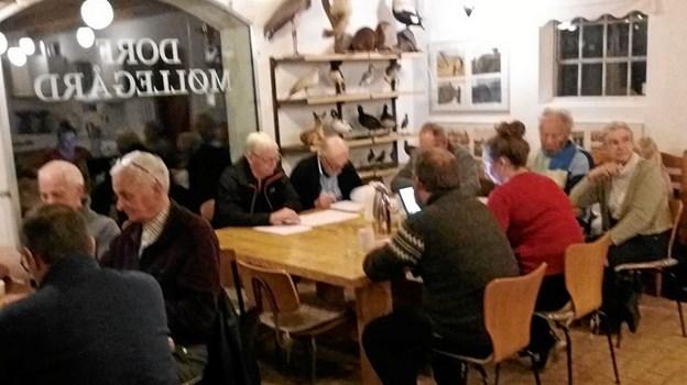 Generalforsamlingen blev afholdt i caféen på Dorf Møllegård. Her er et udsnit af forsamlingen. Privatfoto