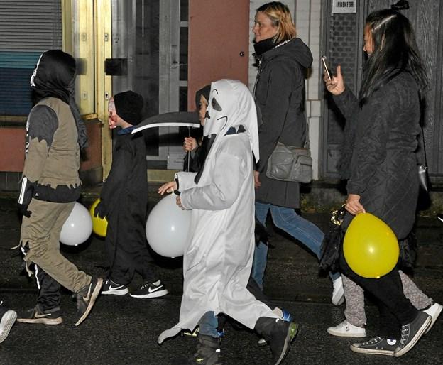Bevæbnet med LED-lysende balloner - og for en enkelts vedkommende også en le - vandrede kolonnen ned gennem Slotsgade mod øst. Foto: Ole Torp Ole Torp