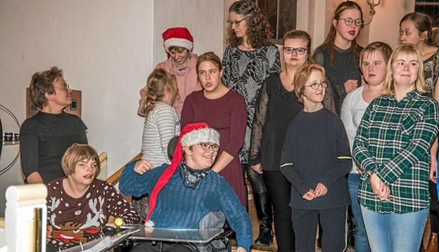 Glade elever på Limfjordsskolen sang for en fyldt Løgstør Kirke og fik stort bifald. Foto: Mogens Lynge Mogens Lynge