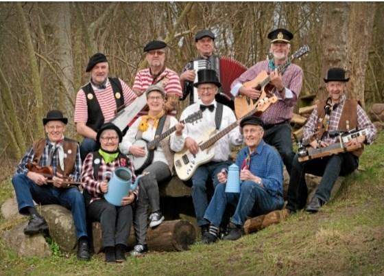 Gårdsangerne fra Thy spiller i Langeslund Kirke. Pressefoto
