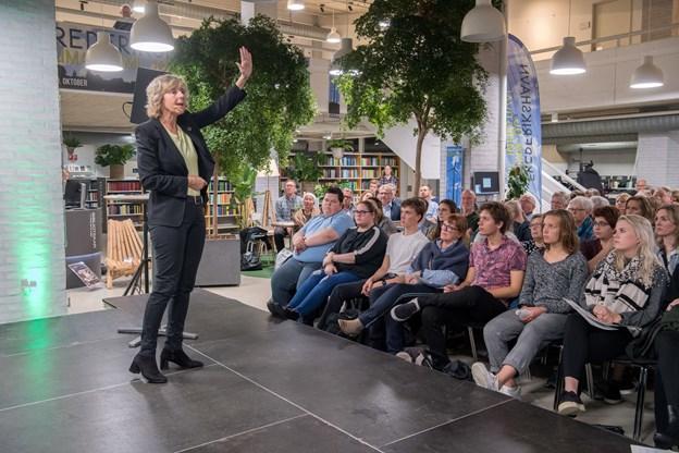 Flere end 200 mødte op til klima og miljøfestivalen på Frederikshavn Bibliotek, hvor Connie Hedegaard lagde for  under parolen: Hvad gør vi - og nytter det at Danmark går forrest. Så der blev båret stole ind ad adskillige omgange. Foto: Henrik Louis