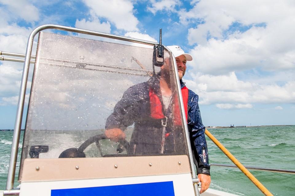 Niels Noermark, som er tidligere fisker, har et fritidsjob hos Jyllandsakvariet som skipper. Han nyder det, og giver den gerne lidt gas, så gæsterne får vind i håret.