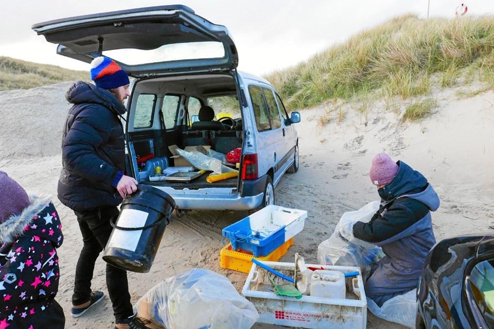 Jens Jørgensen og Julie Müller fra STRANDET tog imod samlerne da vendte tilbage med sækkevis af affald, som blev vejet og sorteret - noget til genbrug. Foto: Ole Iversen Ole Iversen