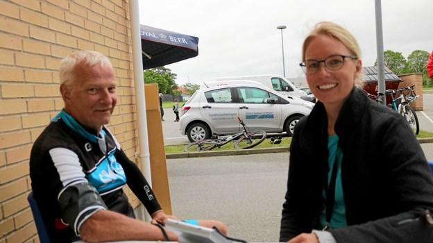 Steen S. Jensen får målt sit blodtryk af sygeplejerske Stine Bæk Sørensen. Selv om man motionerer og er i god form, er det en god idé med mellemrum at få tjekket blodtrykket. Foto: Tommy Thomsen