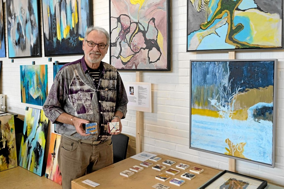 Billedkunstner Kresten Andersen har i år fremstillet værtindegaver. Små malerier på en massiv træklods. Foto: Niels Helver
