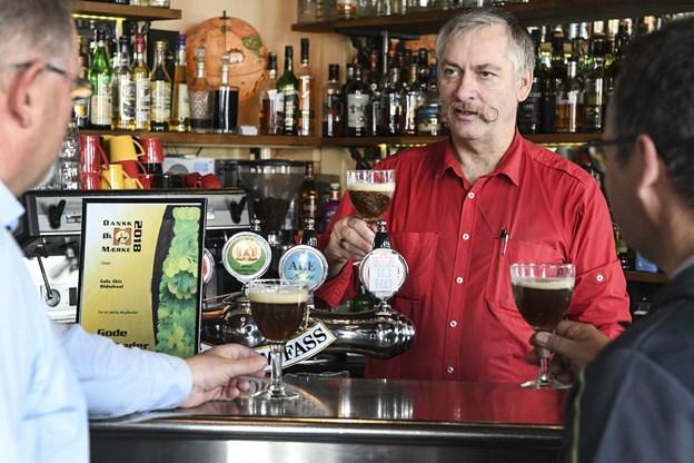 En velskænket Abbaye des Rocs i glassene - lokalformand Flemming Starcke-Jensen fra Danske Ølentusiaster skåler med indehaver af Café Chic Oldschool Anker Jørgensen. Foto: Bent Bach