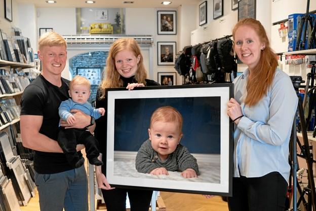 Fotografen Monica Højer sammen med Esben og hans stolte forældre, Cecilie Ilsø Haugaard og Jeppe Haugaard.