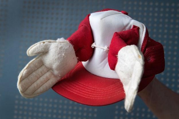 Den oprindelige klaphat fra først i 1980'erne. Den blev syet af unge piger. Dem vil Peter Wendelbo gerne mødes med igen, så de kan fejre, at klaphatten nu igen er kommet på mode. Foto: Torben Hansen
