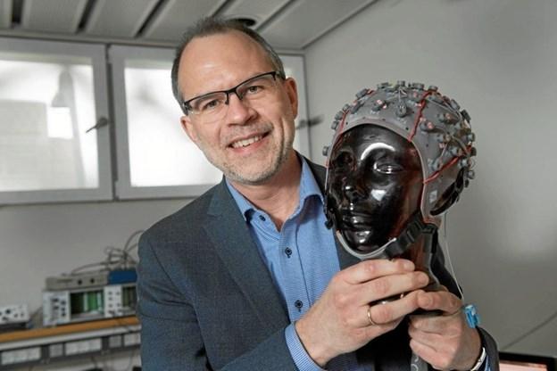 I anledning af Forskningens Døgn besøger forsker Thomas Graven-Nielsen Aabybro Bibliotek. Privatfoto