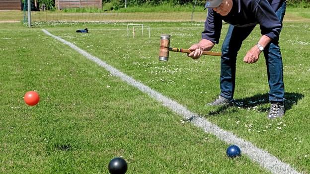 Henrik Osmundsen er en garvet kroketspiller, der også spiller i klubben i Mygdal. Det kræver god øvelse at ramme kuglerne på den helt rigtige måde. Foto: Niels Helver Niels Helver