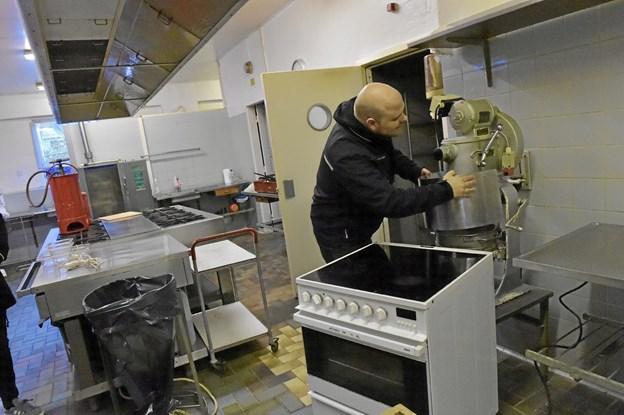 Køkkenet skal også tømmes, blandt andet for røremaskine, komfur, KEN opvasker, rustfrie borde med mere. Foto: Ole Iversen Ole Iversen