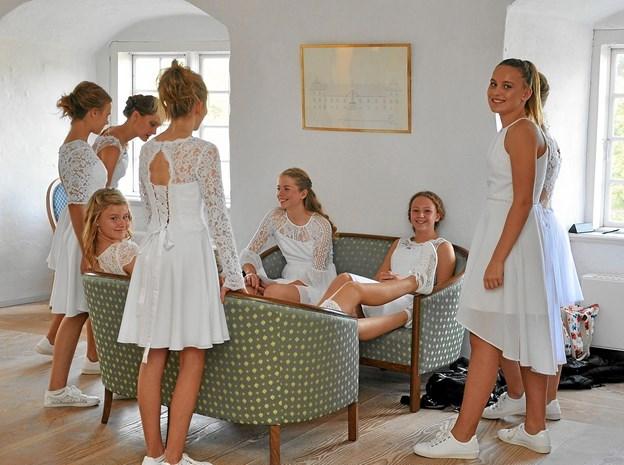 Inde i tårnværelset venter de unge modeller på, at det bliver deres tur til at optræde på catwalken. Foto: Ole Torp