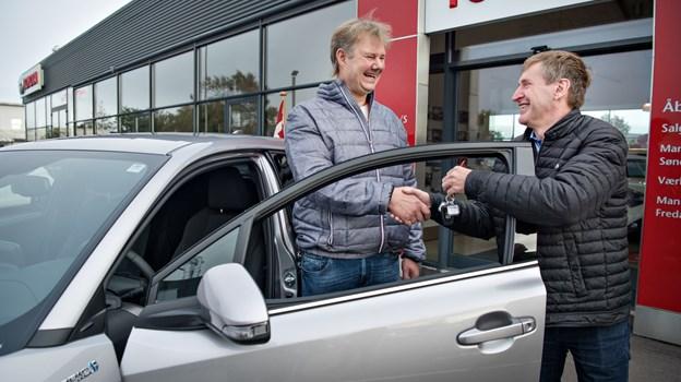 Allan Spring fik udleveret nøglerne af medindehaver af Novabil, Carsten Mortensen.Foto: Hans Ravn