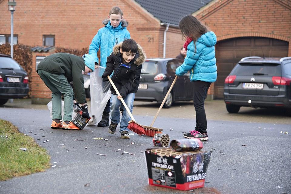 Sarah Sigaard Buhrkall, Nikolaj Sigaard Buhrkall, Robert Sigaard Andersen og William Sigaard Andersen er i gang med at rydde op efter nytårsaften. Foto: Hans Ravn