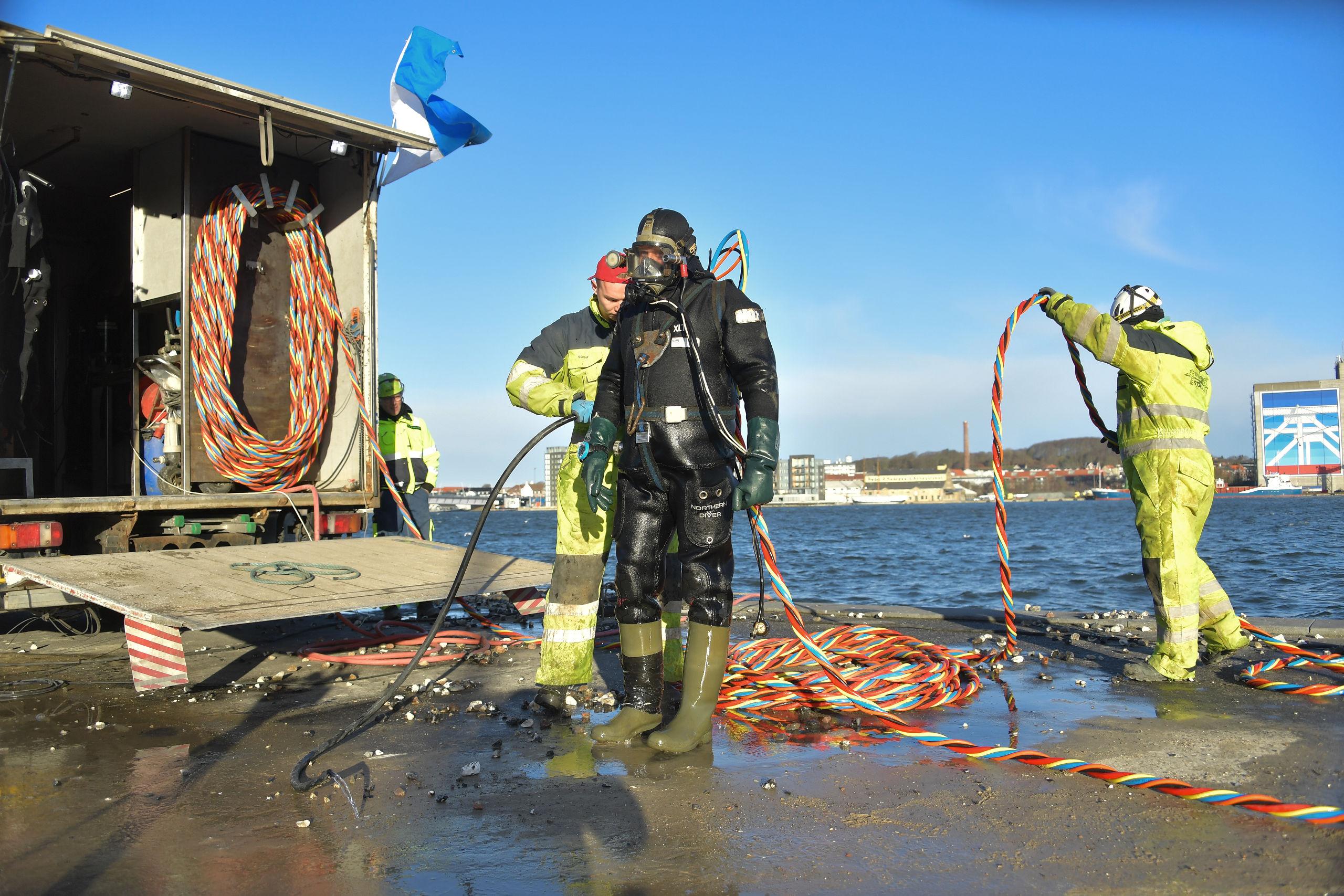 Dykkerne arbejder på skift på bunden, og Sonny Rasmussen har været i vandet i ca. 135 minutter og skal derfor have en tiltrængt pause. Foto: Claus Søndberg