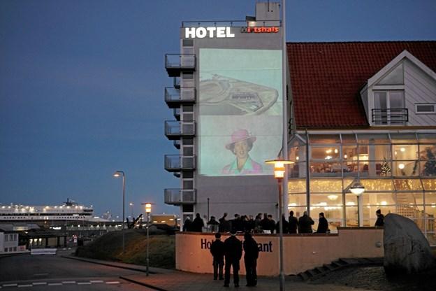 Da mørket faldt på sørgede Pixlart, at film om Hirtshals, som Per Christensen havde optaget, blev projiceret op på tårnet ved Hotel Hirtshals. Foto: Peter Jørgensen Peter Jørgensen