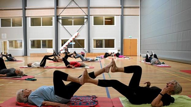 Sjove smidighedsøvelser er populære blandt de modne damer. Foto: Tommy Thomsen Tommy Thomsen