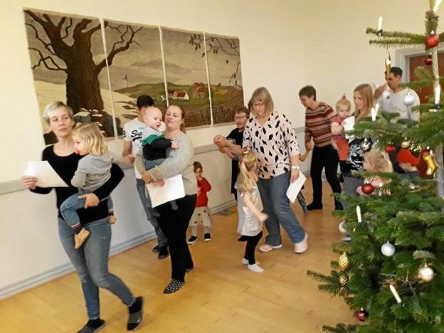 Børn og voksne kom også rundt om juletræet. Privatfoto