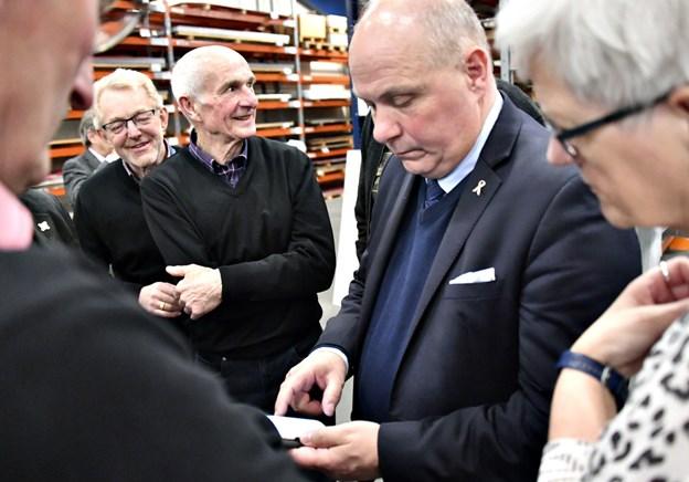 Søren Gade (V) er ved at tjekke Brexit afstemningen på mobilen under virksomhedsbesøget, da de stod på i England under besøget. Foto: Kurt Bering