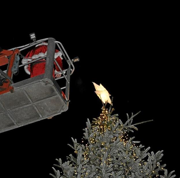 Med assistance fra Falcks lift kom julemanden op til træets top og tændte det. Foto: Ole Torp Ole Torp