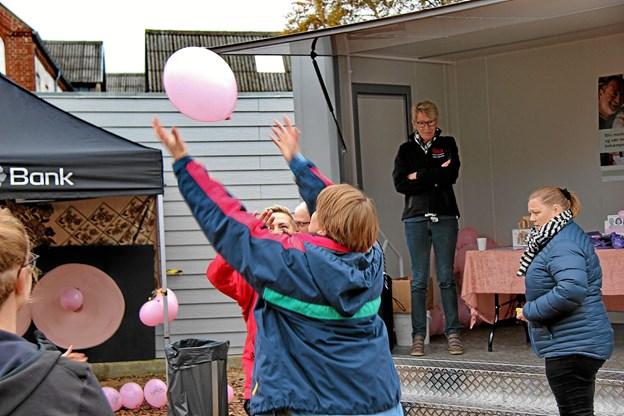 Både børn og voksne morede sig med balloner. Foto: Hans B. Henriksen
