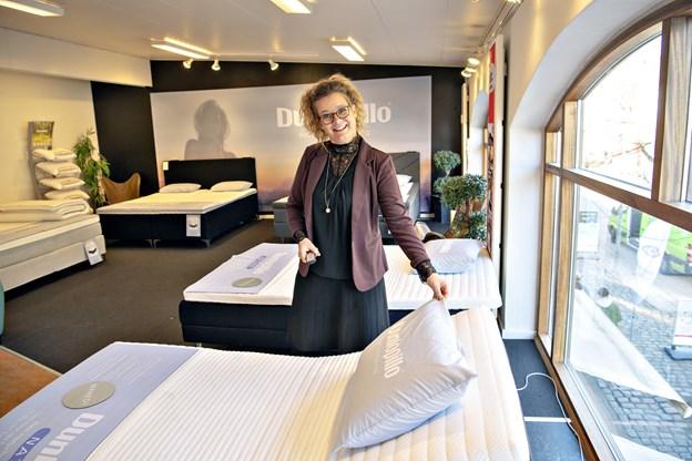 Kristine viser gerne madrasserne frem for kunderne - og hun sætter en ære i at sende kunden hjem med den helt rigtige madras. Foto: Kurt Bering
