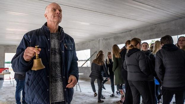 Som leder af efterskolen i Haverslev har Jens Grønhøj stået i spidsen for en livlig byggeaktivitet. Her ringer han med klokken ved det seneste rejsegilde i foråret 2018. Arkivfoto Nicolas Cho Meier