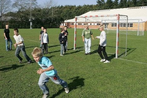 På Vrejlev/Hæstrup Skole bliver frikvarterene blandt andet brugt på fodbold.