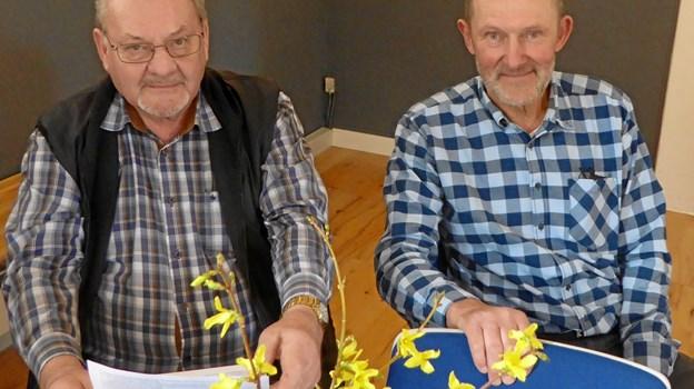 Hans Jørgen Skaarup og Jan Pedersen bidrog med deres fortællinger til en spændende aften i forsamlingshuset i Hvornum. Privatfoto
