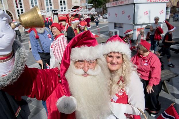 Jul i juni blev afviklet i høj sol - og risengrødsuddeling i Frederikshavn - 400 portioner fik hurtigt ben at gå på. Foto: Henrik Louis