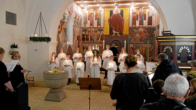 """Menigheden og Rødderne synger sammen 3. og 4. vers af """"Vær velkommen, Herrens år"""". Foto: Niels Helver Niels Helver"""