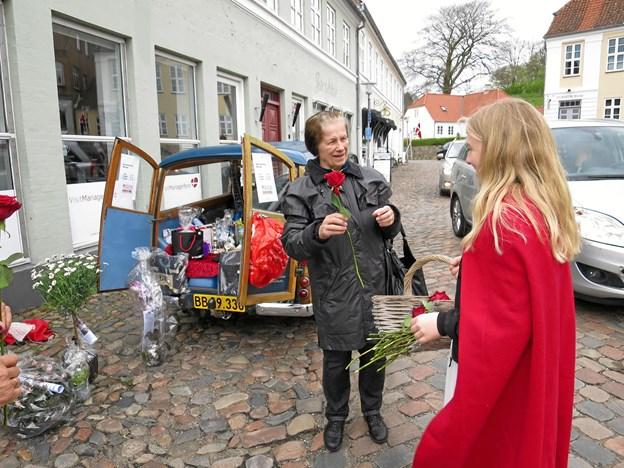 Tirsdag 1. maj var der Open by Night i Mariager, hvor Rosendronningen delte røde roser ud til alle hun mødte på torve og gader. En gammel Morris blev brugt som tombola og den var velbesøgt. Der var aktiviteter over alt i byen, også på havnen, hvor Fjordbaderne afsluttede vintersæsonen.  Foto/tekst: hhr-frelanc.dk