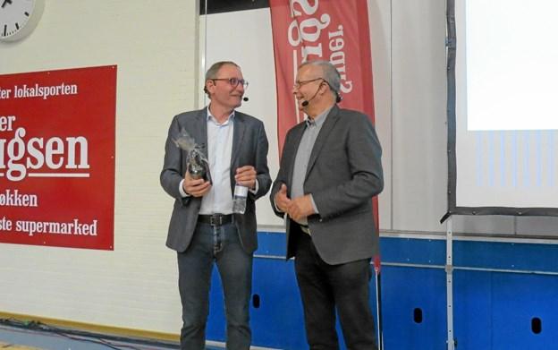 Formanden for Løkken Brugsforening Erik Jensen (t.v.)takkede for en festlig aften. Foto: Kirsten Olsen Kirsten Olsen