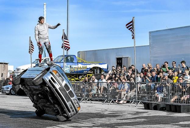 15-årige Julian Klaas viser her at frygt det kan ikke bruges til noget, når man er en del af familien Klaas' stuntshow. Foto: Ole Iversen