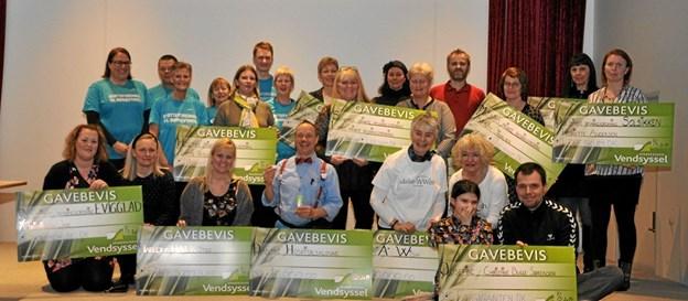 Afslutningsvis var såvel modtagerne af donationerne og bestyrelsen for Støtteforeningen (i blå T-shirts) på scenen for at få taget det klassiske gruppebillede. Foto: Ole Torp