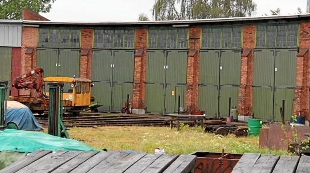 Remisen og de gamle industribygninger er absolut et besøg værd, og der gemmer sig mange spændende effekter bag de høje porte. Arkivfoto: Limfjordsbanen