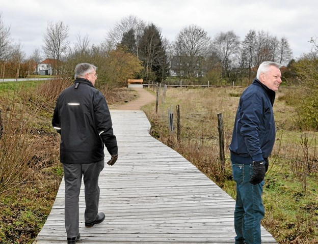 Erik Topp og Claus Jørgensen viser rundt i stisystemet. Visse steder lettes turen ved hjælp af denne belægning, som kaldes en spang. Foto: Ole Torp Ole Torp