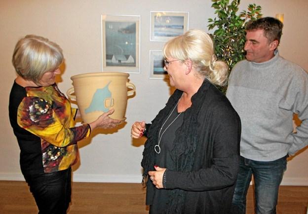 Formanden for Dronninglund Turistforening, Karen Axen, overrækker her årets turistpris til Laila og Frank Jensen. Foto: Jørgen Ingvardsen