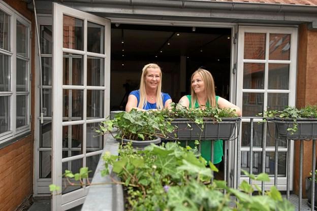 Søstrene Anja og Tina ved indgangen til Simonis Gaard hvor deres nye selskabs-restaurant 'Hos Rørdam' ligger