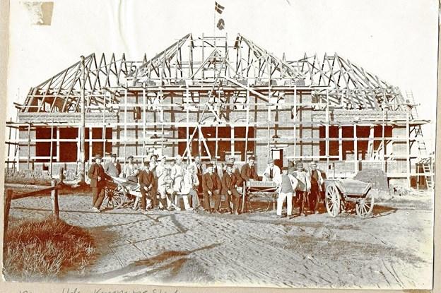 Hadsund Kommuneskole blev opført i 1910 og lå dengang, hvor Hadsund Kulturcenter ligger i dag. Foto udlånt af Hadsund Lokalarkiv.