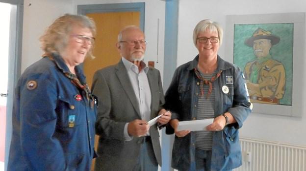 Vibeke Gildsig og Anette Smed fra Kærnegruppen i Hobro tog imod pengene på vegne af til De Blå Pigespejdere i Hobro.     Privatfoto